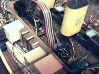 Cyfrówka. Na pierwszym planie dwa przetworniki A/C. Te duże kondensatory to foliowe 10 µF dla tych przetworników (podwójne całkowanie) - niestety nie miałem na czas mniejszych gabarytowo, a teraz nie chce mi się ich wymieniać ;-)